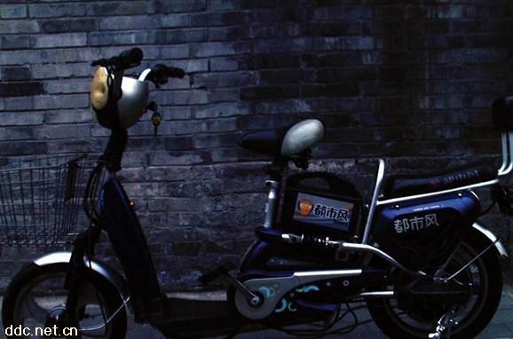 48v的蓝色都市风电动车,专用充电器
