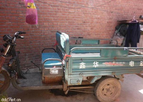 6米电动三轮车,该车有五组水电瓶,1000瓦节能电机,省电:充满电(8-10个