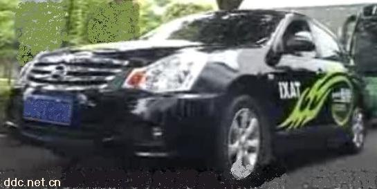 三厢中置纯电动轿车高清图片