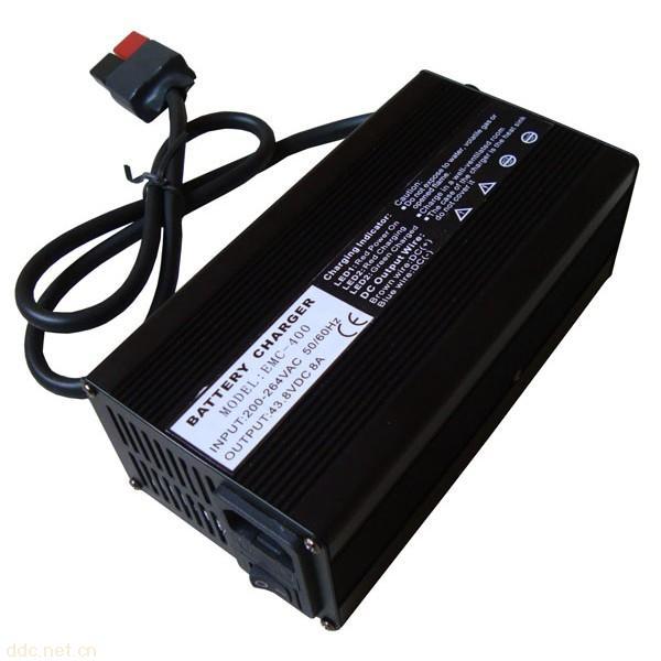 产品介绍 EMC-400系列智能充电器是一款专为电动车用电池充电而设计的专业产品。它采用先进的高频整流技术,具有便携,效率高,损耗小,散热快,稳定可靠,寿命长等优点,同时具备反接保护、短路保护、防倒灌保护,温度保护等多重安全防护功能,可最大限度地保证充电安全。 我司自有工厂,可提供周到细致的售后服务,并可根据客户要求加工,欢迎来函来电咨询! 充电器实现对电网的零污染,避免大电流冲击电网,不影响同网的其他用电设备; 输入电压110V,220V,AC90V~AC264V三种可供选择,50/60Hz输入,适用于