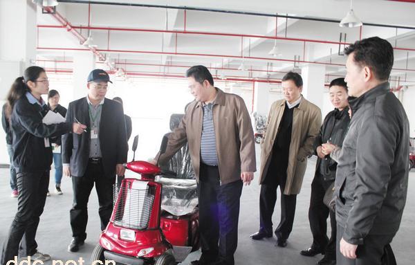 香港贸易发展局副主任关杰岚在肇庆市对外贸易经济合作局副局长林伟文图片