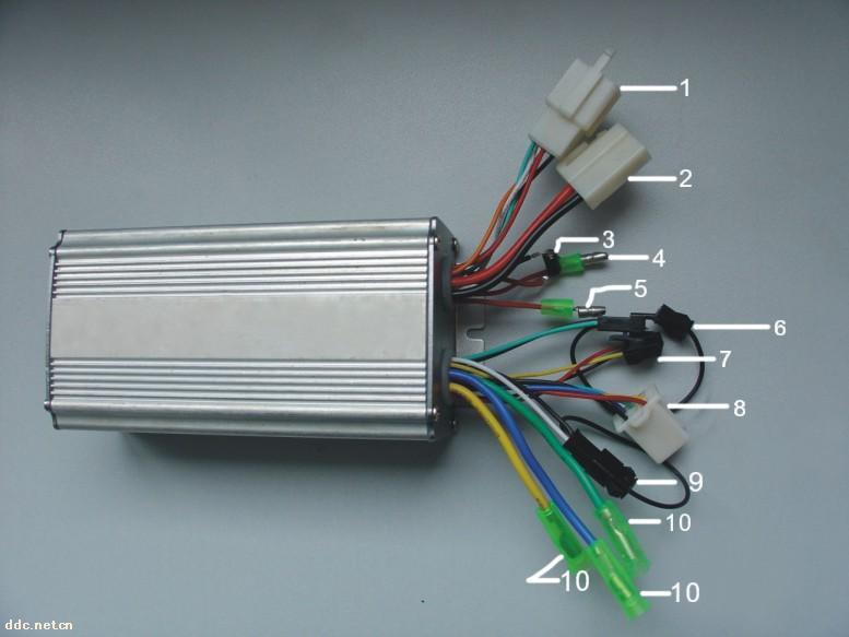 9) 柔性EABS系统 :具有反充电/汽车EABS刹车功能,引入了汽车级的EABS防抱死技术,达到了EABS刹车静音、柔和的效果,完全不损伤电机,减少机械制动力和机械刹车的压力,降低刹车噪音,大大增加了整车制动的安全性;并且刹车、减速或下坡滑行时将EABS产生的能量反馈给电池,起到反充电的效果,从而对电池进行维护,延长电池寿命,增加续行里程。