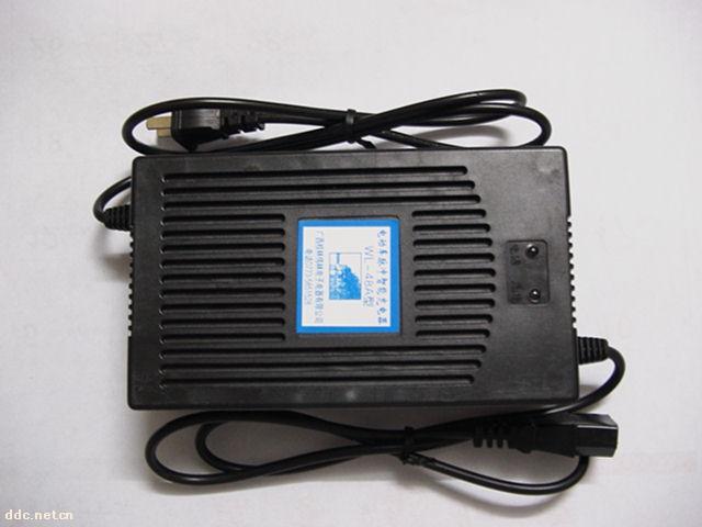 目前,以铅酸蓄电池为动力的电动车,其使用的充电器一般均为普通的三段式充电器。这类充电器由于其充电技术的相对落后,不可避免地存在着一些无法克服的缺点。例如蓄电池在普通三段式充电器充电时,内部所产生的三个极化现象,欧姆极化、浓度极化、电化学极化。这三种极化现象严重影响了蓄电池在充电时的受电能力,使蓄电池充电效率大大降低,怪不得日本蓄电池专家小野先生要说:蓄电池是充坏的,不是用坏的。而WL系列充电器使用的充电技术所提供的是一种间歇充电方式,这种充电方式能使蓄电池经化学反应所产生氢气和氧气有时间重新化合而被吸收