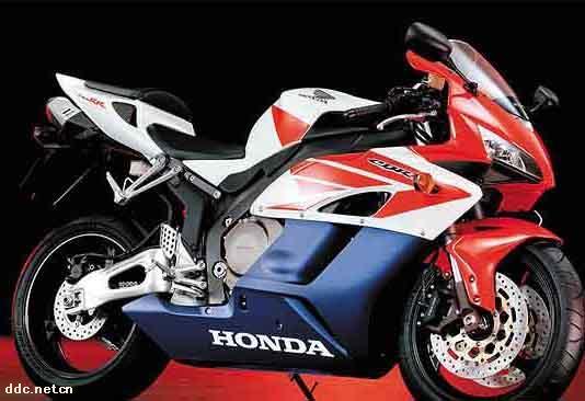 出售进口本田 CBR1000RR 特价:¥4800元 Honda CBR1000RR 规格表 引擎形式:四冲油冷DOHC 16活瓣并列4汽缸 缸径 x 冲程:75.0 mm x 56.5 mm 压缩比:11.9 : 1 总排气量: 998 cc 最高马力: -- 最大扭力:-- 车架形式:铝合金双翼梁框式车架 传动系统:湿式多片6前速链传动 燃油供应 :44mm PGM-DSFI电子燃油喷注系统 前倾角( R):23.