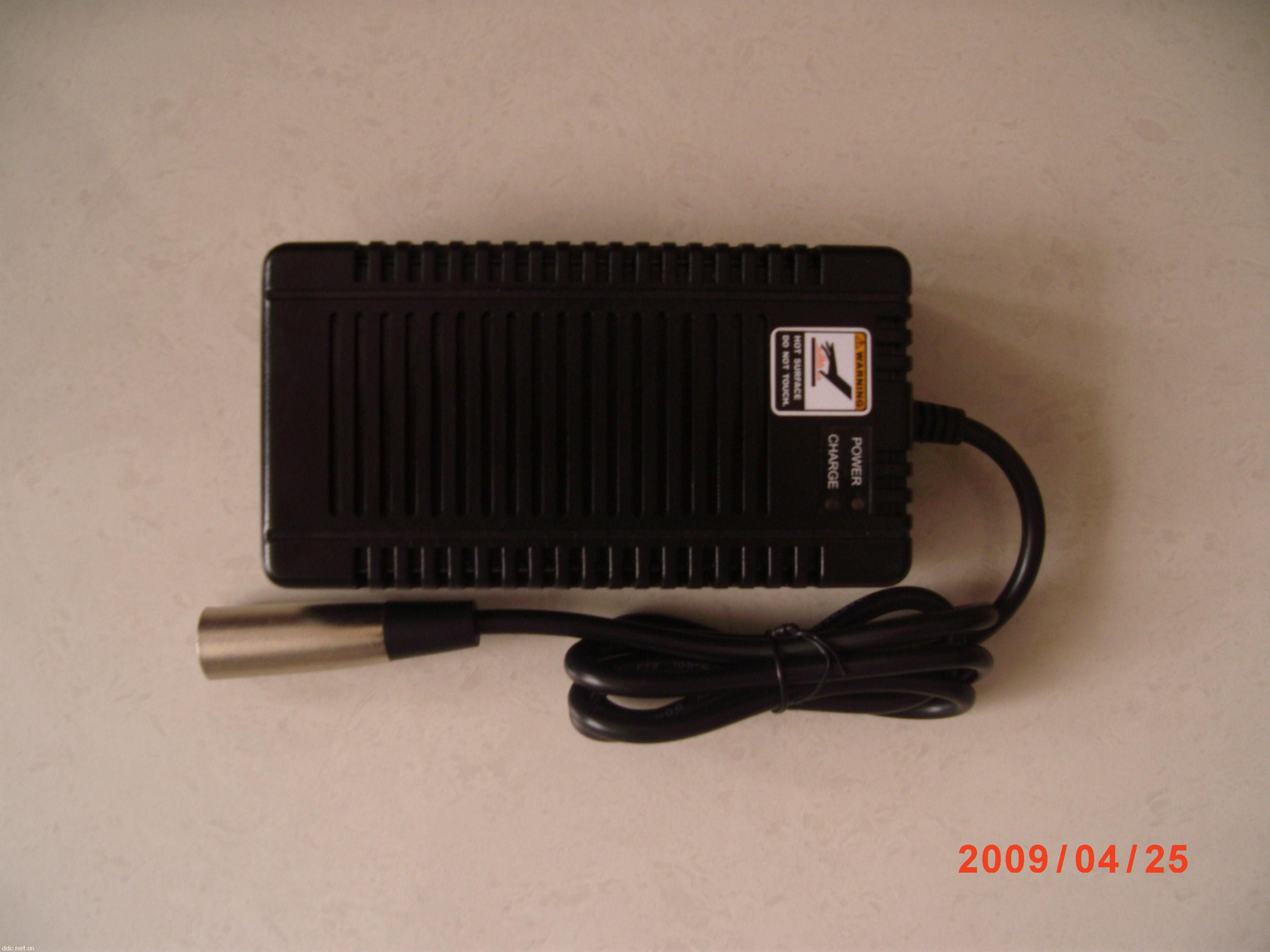 全电压输入(90-264V 50/60HZ); 电流回授控制能的充电器; 单颗双色LED指示灯; 三段式充电:快充/吸收/浮充 自然散热,无需风扇; 安全阀设计:无电池,无输出; 连接电池无火花产生; EMI 噪声低于40db