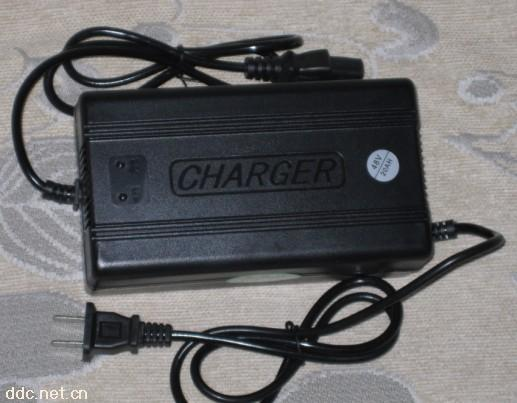 本充电器是标准的三阶段式充电器,第一阶段对电池进行恒流充电,待电池电压达到预定的阀值后转换为第二阶段恒压(限压)充电,此后随着电池电量的增加,充电电流逐渐就小,但电流值减小到一定程度时,充电器自动转换到第三阶段浮充充电模式对电池进行涓流充电,(此时充电电压会减小到符合电池浮充充电模式的最佳电压值,即使电池长期在此电压下充电也不会损坏)最大限度的延长蓄电池的使用寿命。 先将充电器输出插头接入电池级组座,并且保持连接可靠,然后将充电器接入220伏的电 源, 此时充电指示灯为红色,当充电指示灯为绿色时,表示电池
