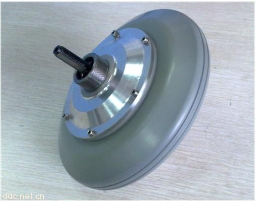 折叠车专用电机 产品介绍: 该产品专为电动折叠车设计,使用外转子稀土永磁无刷直流电机,采用行星轮减速结构,转换效率高、体积小、重量轻、支持前驱和后驱。特别适用于电动折叠车、锂电车等超轻车型。 该技术已获国家专利,专利号为:ZL 2009 2 0083746.8。该技术在同行业中处于领先水平,深受用户好评。 公司坚持诚信经营,长期合作的原则,以人为本,以高质量,高效率立于电机竞争行业之中,为广大客户提供优质的产品和良好的技术服务,欢迎各界朋友莅临参观和洽谈业务。 技术参数: 品牌:洲和机电 类型:无刷直流电