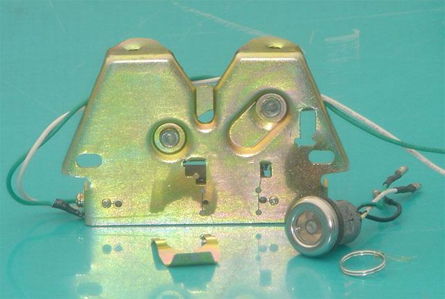电控锁的主要特点 一、直接取代摩托车座垫锁,可手动操作或遥控操作。 二、免锁匙操作,彻底解决了锁匙互开率高,锁胆易坏,防盗性能差等严重问题。 三、只要打开摩托车电门,用手轻触按键开关或遥控开关,即可打开座垫锁。 四、使用操作更简单方便、安全可靠,就不会像以往锁匙划花车身,更加保护您的爱车。 电控锁使用参数表  外表电镀工艺封油处理,具有良好的防锈效果  适应工作电压为直流8-18V  标准使用电压为直流12V  工作电流为1.